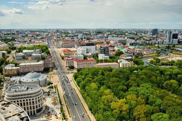 Vista do alto da avenida da independência e do centro de minsk, arquitetura antiga, um fragmento da rua, um tesouro nacional.