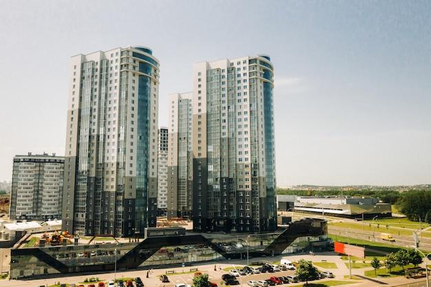 Vista do alto da avenida pobediteley em minsk. novo bairro residencial e comercial em minsk.