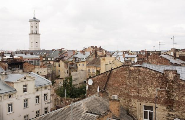 Vista do alto da câmara municipal na parte central de lvov do deck de observação