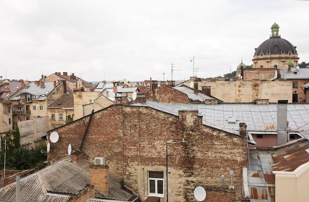 Vista do alto da igreja na parte central de lvov do deck de observação