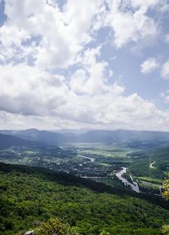 Vista do alto da montanha até o vale com o rio. paisagem de verão.