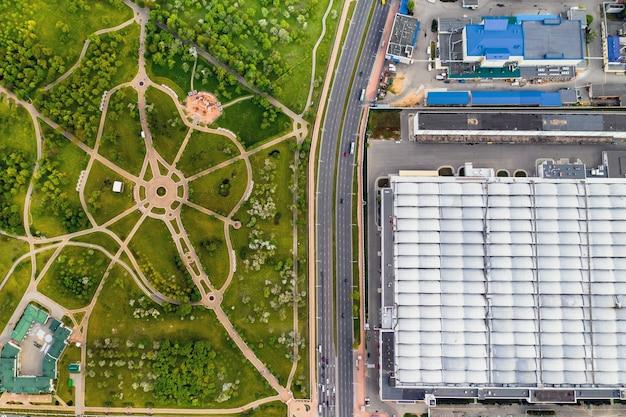 Vista do alto da planta industrial e do parque loshitsky