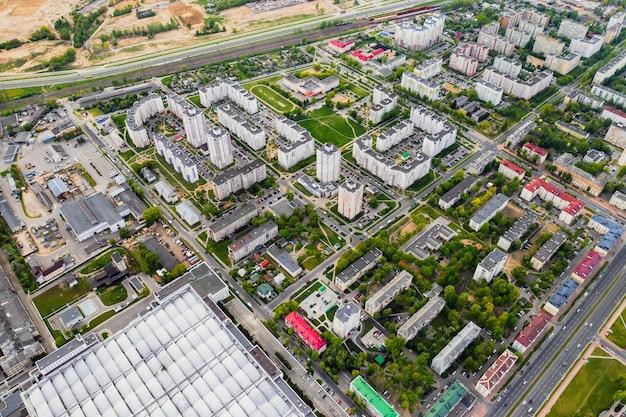 Vista do alto de uma planta industrial e um complexo residencial em uma área residencial de minsk,