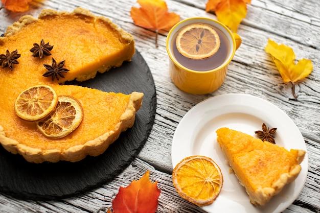 Vista do alto deliciosa torta dourada e chá