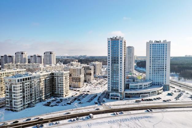 Vista do alto do novo microdistrito na cidade de minsk no inverno