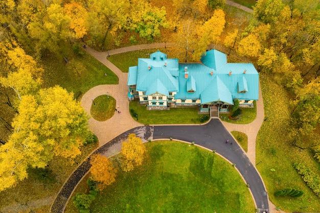 Vista do alto do outono loshitsky park em minsk e do museu manor