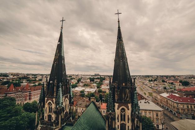 Vista do alto sobre as atrações de lviv.