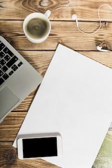 Vista do ambiente de trabalho freelance da mesa de madeira