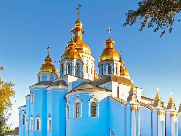 Vista do antigo mosteiro cristão em kiev, ucrânia.