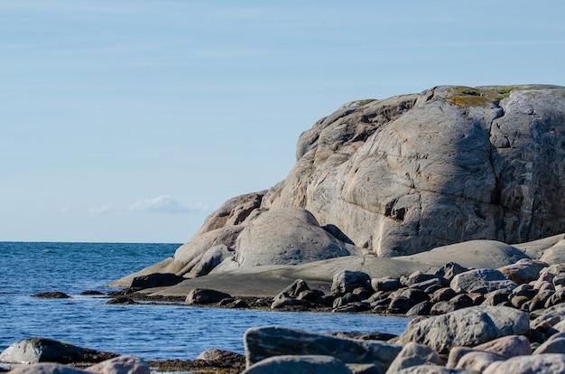 Vista do arquipélago na suécia. céu azul e mar, falésias.