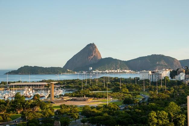 Vista do aterro flamengo, do pão de açúcar e da baía de guanabara no rio de janeiro, brasil.