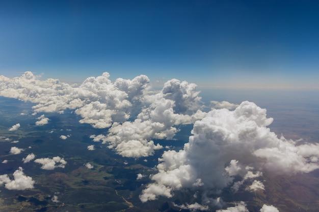 Vista do avião durante o vôo sobre nuvens fofas nas montanhas arizona eua