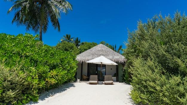Vista do bangalô de praia na ilha, maldivas.