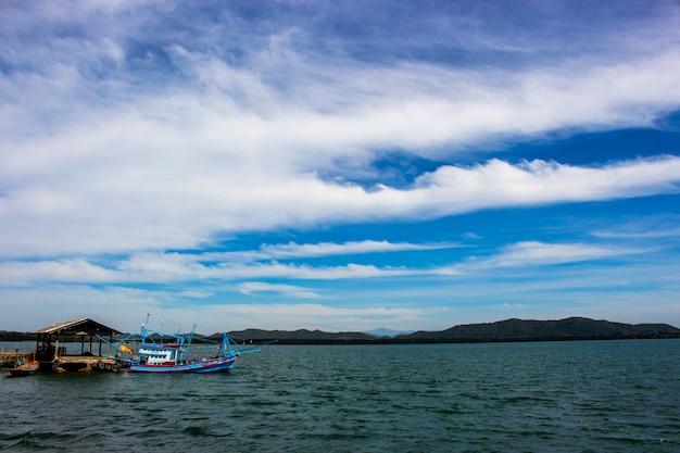 Vista do barco de pesca no mar azul e céu azul no cais