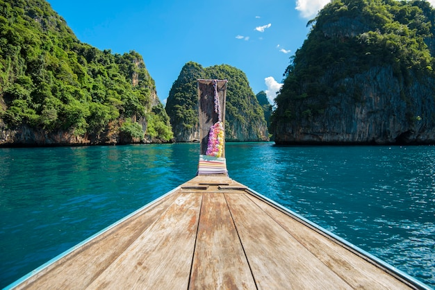 Vista do barco tailandês tradicional longtail sobre o mar e o céu em um dia ensolarado, ilhas phi phi, tailândia