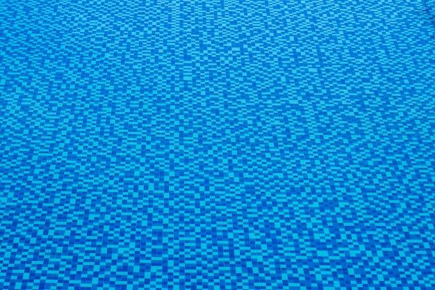 Vista do belo azulejo azul na superfície da água da piscina