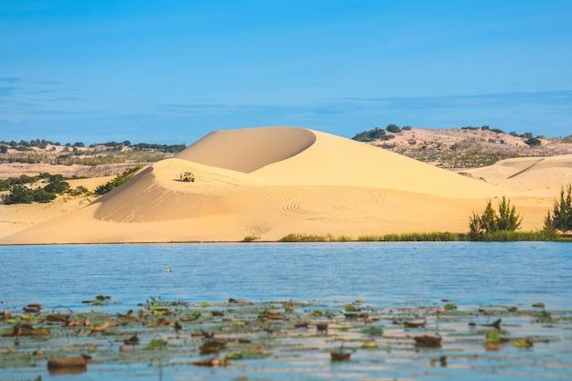 Vista do belo lago e dunas de areia branca em mui ne, vietnam