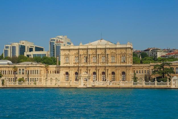 Vista do bósforo ao palácio dolmabahce em istambul,