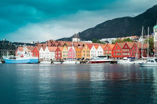 Vista do cais para a cidade de bergen com coloridas casas de madeira