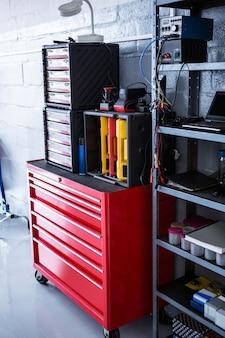 Vista do caixa de ferramentas e máquinas