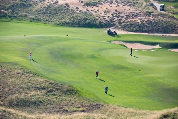 Vista do campo verde do campo de golfe. férias de verão