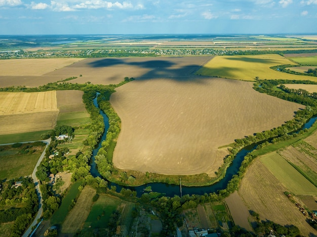 Vista do campo vista aérea vista de cima do rio, vista aérea da floresta. paisagem da natureza fora da cidade