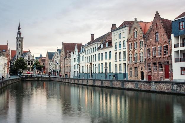 Vista do canal e casas tradicionais coloridas, bruges, belguim