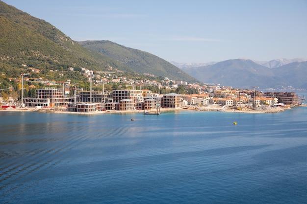 Vista do canteiro de obras de edifícios de luxo na cidade na baía de kotor, montenegro