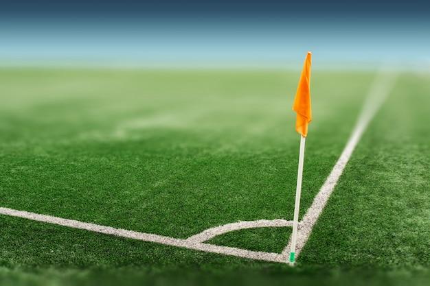 Vista do canto da bandeira laranja no campo de futebol.