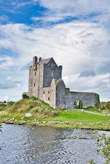 Vista do castelo de dunguaire na irlanda na maré baixa.