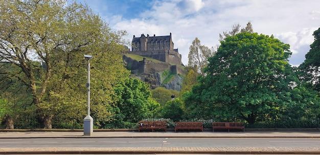 Vista do castelo de edimburgo. vegetação, rua. reino unido, escócia