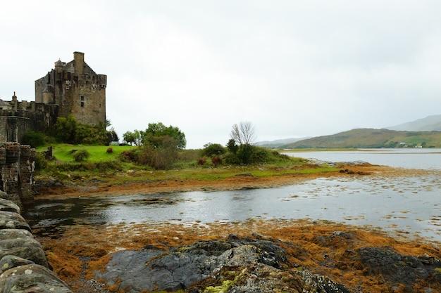 Vista do castelo eilean donan, da escócia. antigo castelo medieval. paisagem escocesa