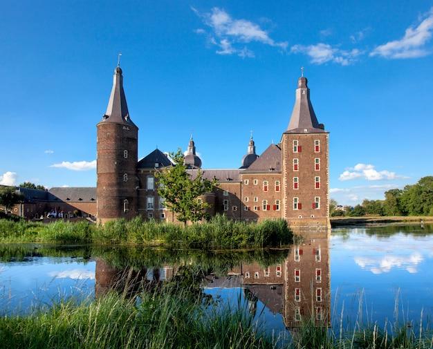 Vista do castelo hoensbroek na província de zuid-limburg, holanda