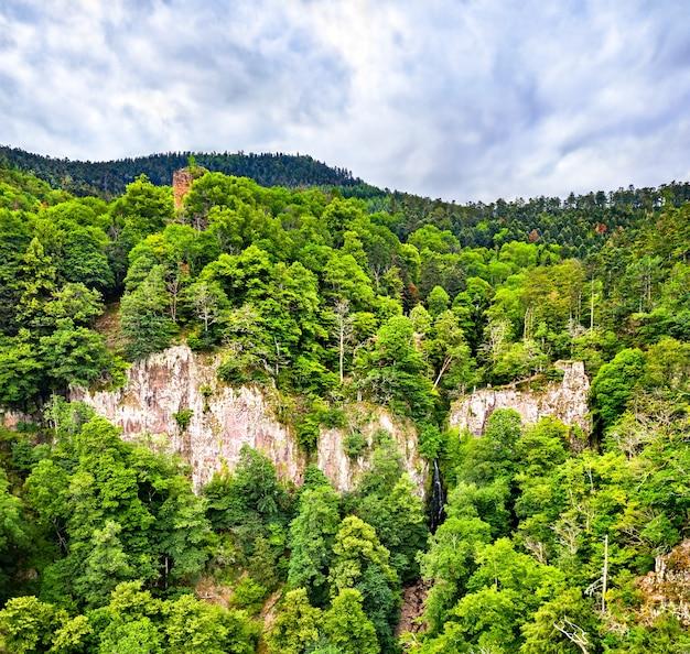 Vista do castelo nideck acima da cachoeira nideck nas montanhas de vosges - alsácia, frança