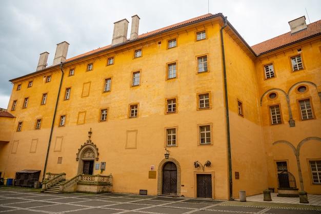 Vista do castelo podebrady do lado do pátio, república tcheca