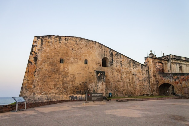 Vista do castillo de san cristobal na velha san juan porto rico