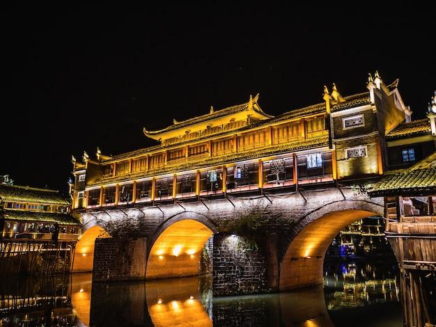 Vista do cenário à noite da cidade velha de fenghuang. a cidade antiga de fenghuang ou o condado de fenghuang é um condado da província de hunan, na china