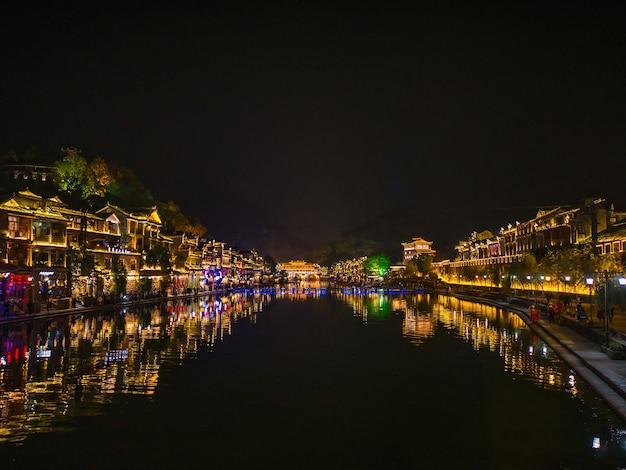 Vista do cenário à noite da cidade velha de fenghuang. a cidade antiga de phoenix ou condado de fenghuang é um condado da província de hunan, na china