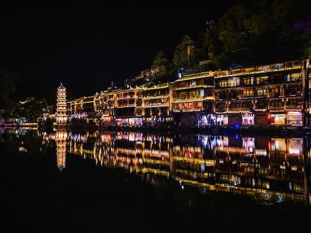 Vista do cenário à noite na cidade velha de fenghuang. cidade antiga de fenghuang ou no condado de fenghuang, um condado da província de hunan, na china