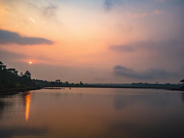 Vista do cenário do nascer do sol no reservatório no parque nacional da montanha phu kradueng, na cidade de loei, tailândia.
