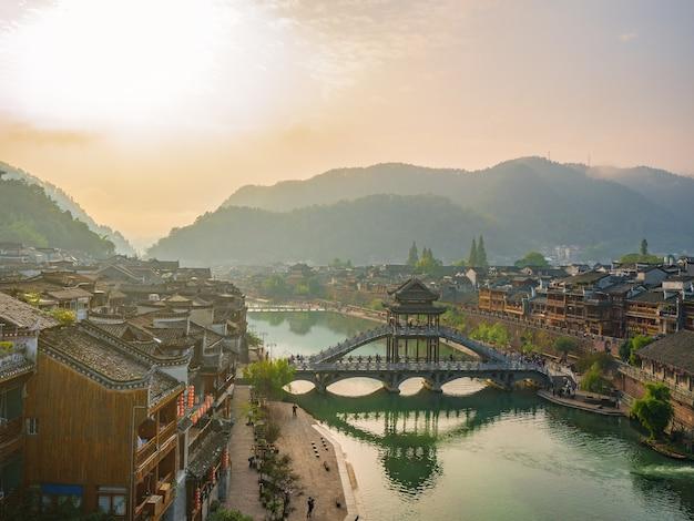 Vista do cenário pela manhã da cidade velha de fenghuang