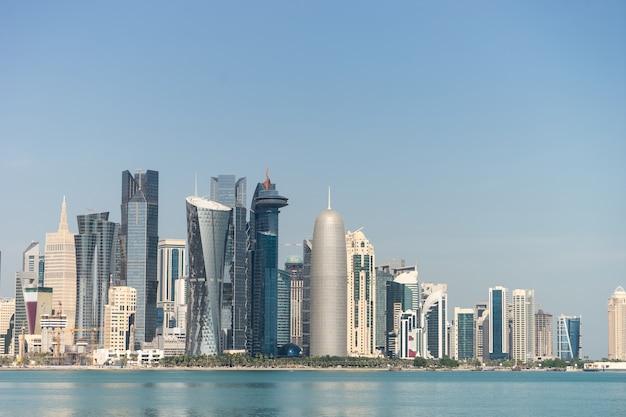 Vista do centro da cidade com arranha-céus do outro lado do mar em doha, qatar.