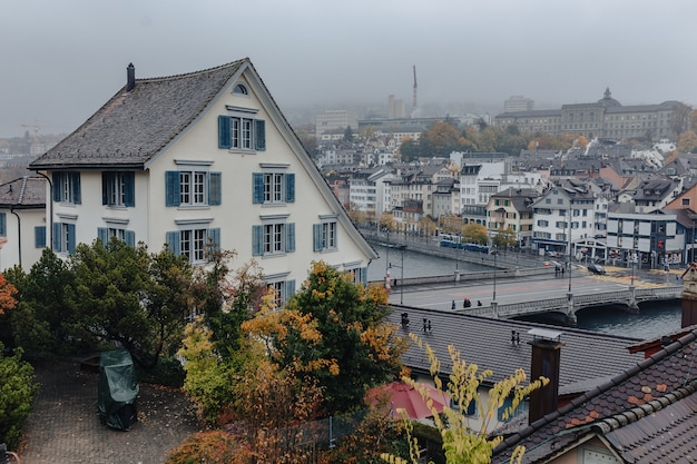 Vista do centro da cidade de zurique em todo panorama do rio limmat no edifício, tempo nublado