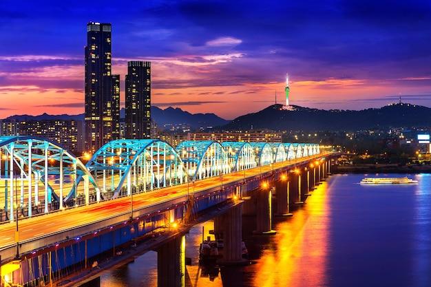 Vista do centro da cidade na ponte dongjak e na torre de seul sobre o rio han em seul, coreia do sul
