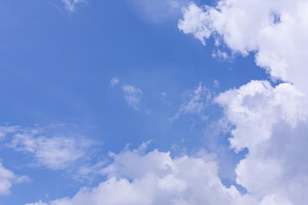 Vista do céu azul e nuvem
