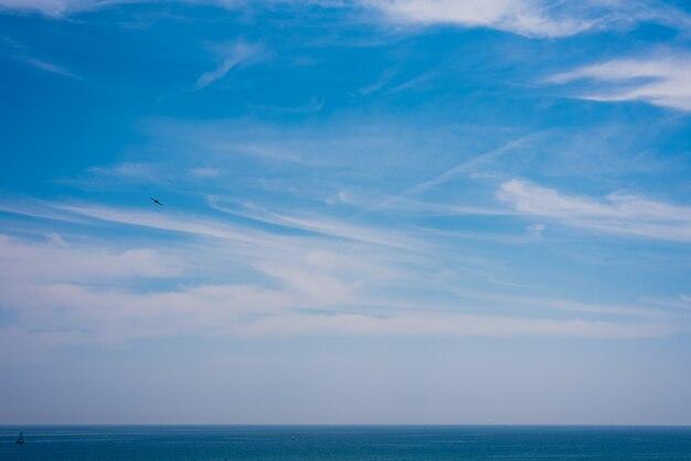 Vista do céu e do mar com o horizonte um dia de verão.
