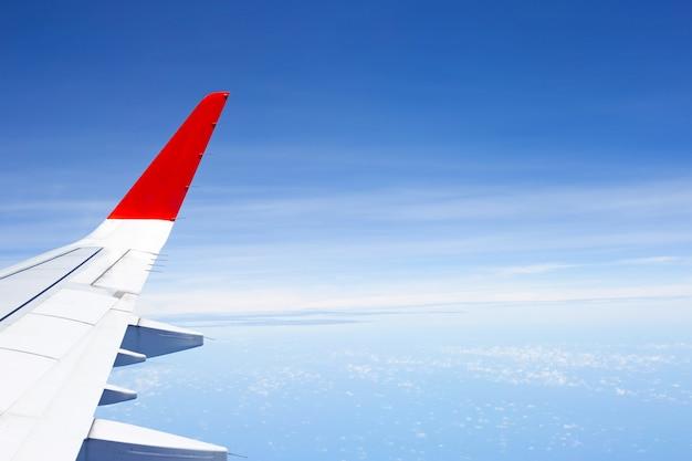 Vista do céu, nuvem e asa do avião da janela