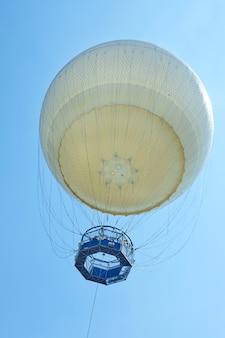 Vista do chão para um balão no céu azul, ayarkon