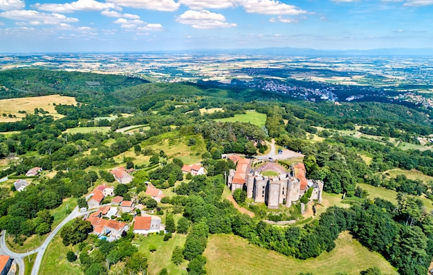 Vista do chateau de chazeron, um castelo no departamento de puy-de-dome, na frança