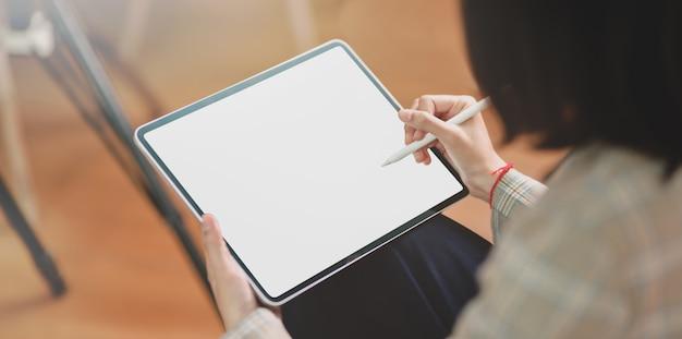Vista do close-up da empresária escrevendo suas idéias
